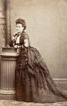 Hattie Shepparde (Mrs Hallam), 1872 par Bardwell's Royal Studio (National Portrait Gallery of Australia) 1870s Fashion, Edwardian Fashion, Vintage Pictures, Vintage Images, Elizabethan Dress, Victorian Photography, Steampunk Costume, National Portrait Gallery, Female Images