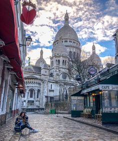 ❤️ Paris Love ❤️ Perfect street with the Sacré-Coeur at the back! Are you guys interested in a post with Instagram spots in Paris? Let me…