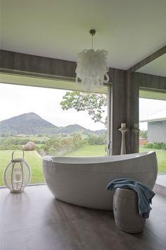 Une salle de bains est un lieu de détente, et comme tel il doit être à la fois beau et accueillant. La tendance est au contemporain, il vieillit bien et une salle de bains est comme une cuisine un …