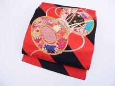 ご覧頂きありがとうございます★ ++ 商品説明 ++ st309 アンティーク正絹 駒縫い名古屋帯 オレンジ 黒 斜め縞 鼓刺繍 350cmx前巾16.2cm お太鼓巾32.4cm 前帯は縞柄のみです。 お太鼓部に僅かなシミがありますが、柄で紛れます。 他、柄の白い部分にしみがありますが全体的な色味で紛れると思います 刺繍糸のハゲ擦れ 刺繍糸のほつれ、糸浮きが一部ございます。 ++商品状態++ ③です アンティークにしては良好な状態です。。 多少のシミは御座います。十分着用して頂けますが アンティー...