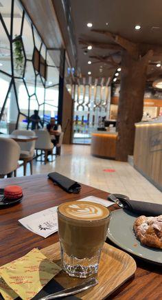 Best Food Photography, Coffee Photography, Coffee Shake, Coffee Love, Food N, Food And Drink, Red Bull Drinks, Food Captions, Dubai Food