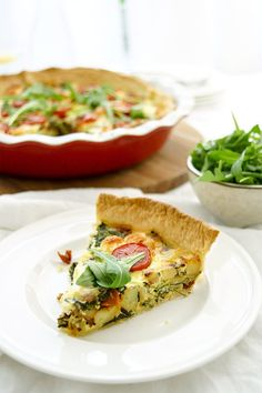 easy to prepare spinach, goat cheese and potato quiche recipe made with crème fraîche, sun-dried tomatoes, baby roma tomatoes and fresh thyme Potato Quiche Recipe, Quiche Recipes, Salad Recipes, Meal Recipes, Vegetarian Brunch, Lunch Buffet, Easter Lunch, Easy Salads, Quiches