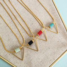 Collier graphique triangle, doré à l'or fin, perles Miyuki
