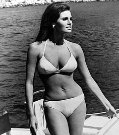 sex symbol, Raquel Welch famous for for her iconic role in One Million years B. Raquel also worked with British comedy icons, Peter Cook and Dudley Moore. Hourglass Body, Hourglass Figure, Divas, Sexy Poses, Raquel Welch Bikini, Jacqueline De Ribes, Gorgeous Women, Amazing Women, Beautiful Celebrities