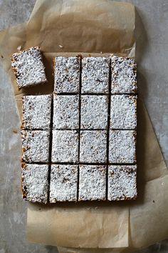 SUNNE HAVREBARS - Mat På Bordet Oatmeal Bars Healthy, Recipe Boards, No Bake Treats, Healthy Snacks, Protein, Health Fitness, Food And Drink, Vegetarian, Favorite Recipes