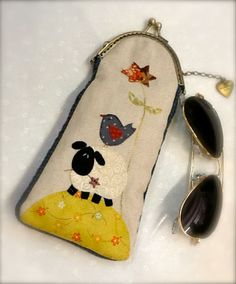 Funda gafas Frame Purse, Free Motion Embroidery, Fabric Purses, Handmade Purses, Bag Packaging, Patch Quilt, Sewing Accessories, Quilted Bag, Kids Bags