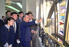 Daisaku Ikeda with exchange students from China studying at Soka University.