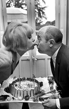 Mireille et Michel Audiard en 1966 - Avec eux, les spectateurs sont sûrs de se régaler. Dans la bouche de Mireille, d'habitude, Audiard met des bons mots. L'actrice et le dialoguiste, qui se retrouvent en 1966 au festival de Cannes, sont de vieux complices : « Ne nous fâchons pas », la nouvelle comédie policière de Georges Lautner, sortie à Paris il y a seulement quelques jours, est déjà leur cinquième film ensemble. Photo : Francois Pages / Paris Match