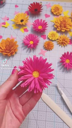 The SVG template is available on my Etsy shop! Paper Flower Vase, Paper Flowers For Kids, Rolled Paper Flowers, Paper Flower Garlands, Paper Daisy, Diy Flowers, Construction Paper Flowers, Kids News, Flower Video