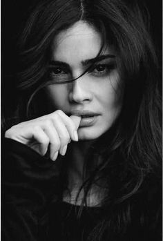 Great black and white portrait photography faces. Model Poses Photography, Self Portrait Photography, Photography Women, Beach Photography, Best Photo Poses, Girl Photo Poses, Foto Portrait, Female Portrait, Black And White Portraits