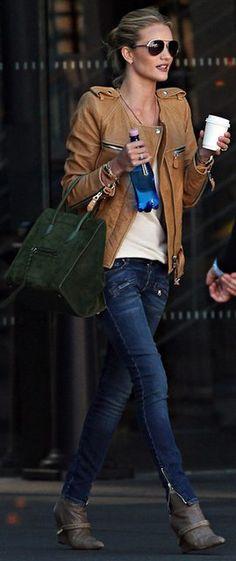 Look: jeans + básico + jaqueta