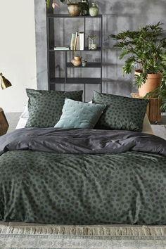 Slapen met lef! Het Spots & Dots dekbedovertrek van Walra kan je slaapkamer een hele andere sfeer opleveren. De stippen op het dekbedovertrek dragen hier volop aan bij! Hoor jij ook bij de durfals? Het overtrek is dubbelzijdig te gebruiken. #slaapkamerinspiratie #slaapkamerideeen #dekbedovertrek #dekbedovertrekken #dekbedovertrektweepersoons #tweepersoonsdekbedovertrek #dekbed #dekbedovertrekgroen #dekbedovertrekstippen #katoenendekbedovertrek #dekbedovertrekkatoen #fonQ #fonQnl