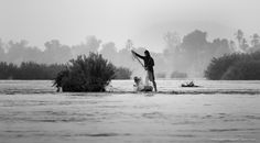 [ STORY PHOTO GUIDES / LAOS ]  Los pescadores aprovechan la poca profundidad de algunas partes del rio Mekong para lanzar sus redes y pescar.    Fisherman take advantage of the low depth of some parts of the Mekong River to throw their nets and fishing.    Photo: Ignasi Rodriguez    #mekong #laos #fisherman
