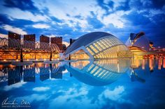 Moderne Architektur der Gebäude Palau de les Arts Reina Sofia (Opernhaus) und L'Hemisferic (IMAX-Kino) in der Stadt der Künste und Wissenschaften in Valencia, Spanien.