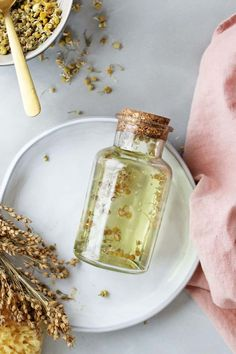 Unwind with This DIY Calming Chamomile Bath Oil Hello Glow is part of Bath oils - This DIY Chamomile Bath Oil soothes dry winter skin and eases tension and stress with the power of infused chamomile flowers Chamomile Essential Oil, Chamomile Oil, Essential Oils, Clean Beauty, Diy Beauty, Luxury Beauty, Diy Cosmetic, Beauty Recipe, Homemade Beauty