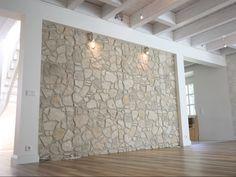 Wohnzimmer Mit Steinwand | Wohnzimmer Mit Essbereich Mit Dunklen Mobeln Und Steinwand Aus