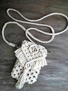 Terrific Pic Macrame purse Ideas If you have found out our new macramé collection and you are connected within this timeless hobby, Source by and purses boho Diy Macrame Wall Hanging, Macrame Art, Macrame Projects, Macrame Knots, Macrame Mirror, Macrame Curtain, Boho Clutch, Clutch Purse, Cristal Art