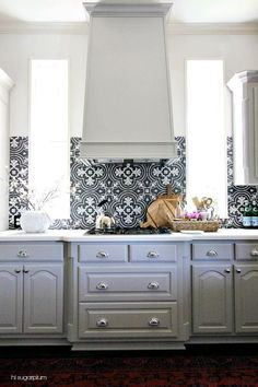 Hi Sugarplum | Kitchen Makeover Reveal featuring painted cabinets, updated graphic backsplash & shiny new hardware