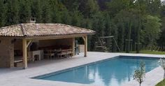 Le pool house de piscine est idéal pour ranger tous vos accessoires de piscine et aménager un lieu de vie confortable.