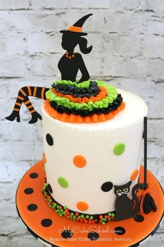 Party Witch Silhouette Cake- Video Tutorial - Everything Halloween - Halloween Desserts, Bolo Halloween, Halloween Birthday Cakes, Halloween Treats, Cute Halloween Cakes, Halloween Party, Happy Halloween, Halloween Witches, Halloween Decorations