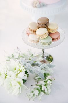 Colorful French macarons on a vintage platter - so chic #wedding #dessert #weddingdessert #desserttable #frenchmacarons