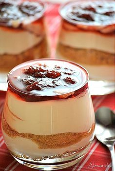Cool dessert with yogurt, jam, cookies and whipped cream Summer Desserts, Sweet Desserts, Delicious Desserts, Dessert Recipes, Yummy Food, Tasty, Yogurt Dessert, Greek Sweets, Jam Cookies