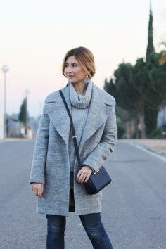 Casual Look. Look con abrigo gris. A trendy life. #casual #denim #jeans #greycoat #michaelkorsbag #mango #zalando #fashionpills #swarovski #legorburu #michaelkors #mustt #outfit #fashionblogger #atrendylife www.atrendylifestyle.com