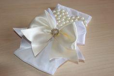 Faixa de meia -coração de perolas e laço branco com creme <br>ideal para bebê ou criança de 0 a 6 anos.