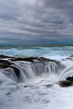 Guide to Thor's Well Cape Perpetua Scenic Area Oregon Coast - - Thor's Well is a must-see feature in Oregon, but it can be tricky to find. Here is a Guide to Thor's Well Cape Perpetua Scenic Area Oregon Coast. Best Vacation Destinations, Best Vacations, Vacation Trips, Oregon Vacation, Oregon Travel, Oregon Coast Camping, Oregon Beaches, Thors Well Oregon, Road Trip Usa