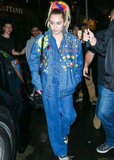 Miley Cyrus wears outrageous double denim outfit in NYC Double Denim, Miley Cyrus Outfit, Estilo Kitsch, All Star, Miley Stewart, Dinner Wear, All Jeans, Denim Jeans, Nyc