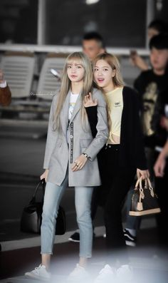 Jisoo, Jennie, Rosé and Lisa looked so happy and excited while arriving in Bangkok, Thailand on January 2019 for BLACKPINK Concert Blackpink Outfits, Kpop Fashion Outfits, Blackpink Fashion, Korean Outfits, Korean Fashion, Blackpink Lisa, Jenny Kim, Mode Kpop, Kim Jisoo