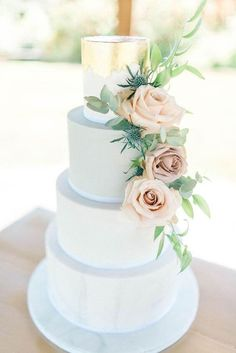 Elegant Wedding Cake With Fresh Roses & Gold Foil Top Layer Pastel Wedding Cakes, Wedding Cake Fresh Flowers, Cool Wedding Cakes, Elegant Wedding Cakes, Beautiful Wedding Cakes, Beautiful Cakes, Pastel Weddings, Spring Weddings, Romantic Weddings