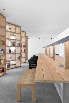 Interessant gebruik van boekenrekken om (werk)ruimte af te scheiden/open te zetten