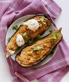 Falafeltäyte maistuu ihanalta munakoison syleilyssä. Koko annos valmistuu kätevästi uunissa!