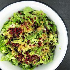 huge salad for dinner 🍴💚🍴 lettuce, tahini, pomegranate, spice blend #rawfood#dinner#crueltyfree#vegan#instafood