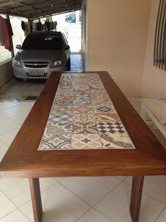 Tampo de mesa feito com sobras de construção (taipá) de pinus e revestimento cerâmico no centro