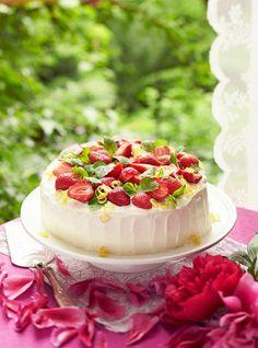 Kesän paras mansikkatäytekakku, jonka viettelevä maku syntyy sitrusmarinoiduista mansikoista ja mascarponejuustovaahdosta. Mascarpone Cake, Delicious Desserts, Yummy Food, Party Cakes, No Bake Cake, Summer Recipes, Sweet Recipes, Food To Make, Cake Decorating