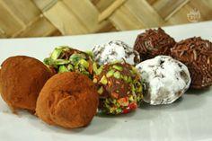 I tartufi sono cioccolatini composti da scaglie di cioccolato disciolto nella panna che, una volta raffreddato e solidificato, viene trasformato in piccole palline irregolari rotolate nella polvere di cacao amaro.