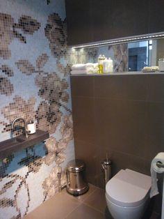 Bekijk de foto van Stravers met als titel Prachtige toiletopstelling met Bisazza mozaïek, CasaMood tegels en Clou sanitair. showroom opstelling bij Installatiebedrijf Stravers in Meerkerk en andere inspirerende plaatjes op Welke.nl.
