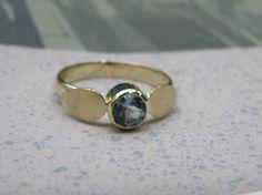 * heirloom   oogst-sieraden * Ring * De topaas vormt het middelpunt in deze blaadjesring * Vervaardigd uit 2 oude trouwringen * Maatwerk *