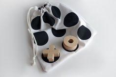 Dřevěné+piškvorky+s+černobílým+látkovým+pytlíčkem+Dřevěné+piškvorky+s+látkovým+pytlíčkem,+lze+využívat+i+jako+cestovní+hračku.+Hrací+dřevěné+žetony+jsou+vyřezány+z+tvrdé,+bukové,+5+mm+překližky.+V+sadě+je+celkem+10+hracích+žetonů+=+5+křížků+a+5+koleček.+Velikost+žetonů+je+cca+4,5+×+4,5+cm.+Látkový+pytlíček,+využívaný+jako+herní+plocha,+je...