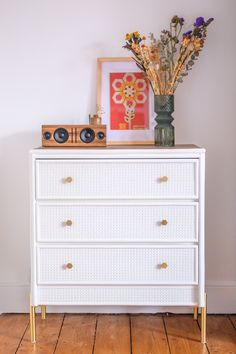 Kommode Upcycling - Von Alt zu Boho Chic - heylilahey. Large Furniture, New Furniture, Second Hand Kitchens, Moving To England, Old Victorian Homes, Second Hand Furniture, Bohemian Interior, Home Ownership, Dresser As Nightstand