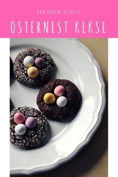 Osternest Kekse mit pastellfarbenen Ostereiern.