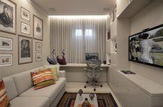 Sala de TV e office Gostei da disposição. Tem TV, sofá e mesa do home com espaço para as coisas já informadas.