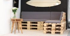 Tuto : un canapé d'angle en palettes Make yourself a sofa in pallets and give a style reclaimed. Palette Furniture, City Furniture, Cheap Furniture, Home Decor Wall Art, Home Decor Bedroom, Banquette Palette, Design Palette, Palette Deco, Outside Furniture