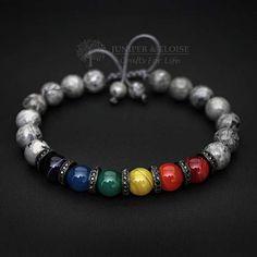 Dieses Premium-handgefertigte Armband erfolgt mit 8 mm Fray Jaspis Perlen und Glasswork Perlen mit Regenbogenfarben. Es ist einstellbar, mit einem verschiebbaren Knoten mit Makramee Schnur gemacht und ist leicht an-und ausziehen durch selbst. Wählen Sie eine der Optionen 2 Größe (für Männer oder Frauen) vom Dropdown-Menü. Herren-Größe: 7-8,5 (18 cm-21 cm) Damen-Größe: 6 7,5 (16 cm-19 cm) ★★★All-Armband-Modelle können als Strecken oder einstellbar für den gleichen Preis angepasst werden…