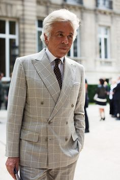 This elegant gentleman is Giancarlo Giammetti, the honorary president of Valentino Fashion House. Pic from The Sartorialist. Sharp Dressed Man, Well Dressed Men, Sartorialist, Suit And Tie, Gentleman Style, Outdoor Outfit, Mens Suits, Double Breasted, Men Dress