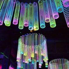 Rainbow Glow-in-the-Dark Magic Springs - Halloween deko ideen - Party Glow In Dark Party, Black Light Party Ideas, Glow Stick Party, Deco Nouvel An, 13th Birthday Parties, Dance Party Birthday, 13th Birthday Party Ideas For Teens, Dance Party Kids, 17th Birthday