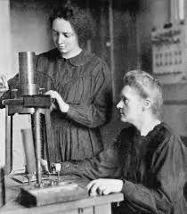 Irène Joliot-Curie (1897-1956) fue una física y química que estudió en la universidad de parís y fue asistente de radiografia en hospitales franceses; hija de Marie y Pierre Curie. Obtuvo su licenciatura en física con una tesis sobre la emisión de rayos alfa de polonio. Junto con su pareja Frederic Joliot logro descubrir la radiactividad artificial y recibieron el Premio Nobel de Química en 1935.