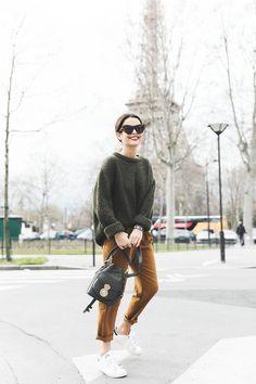 Street style look com suéter manga dobrada verde, calça marrom e tênis branco. Habit Vintage, Vintage Mode, Vintage Hats, Vintage Style, Street Style Trends, Street Styles, Mode Outfits, Fall Outfits, Casual Outfits